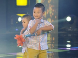 Mặt sau cánh gà - Học trò của Hòa Minzy lập kỷ lục Việt Nam