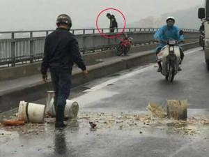 Tin tức trong ngày - Bỏ lại xe máy, nam thanh niên nhảy cầu Bãi Cháy tự tử
