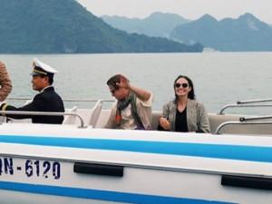 Đời sống Showbiz - Vợ chồng Angelina Jolie tự chèo thuyền thăm vịnh Hạ Long