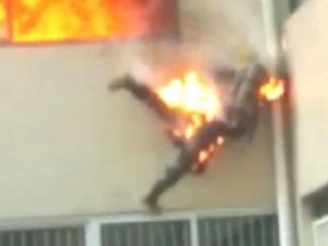 Thế giới - TQ: Lính cứu hỏa cháy như đuốc nhảy từ tầng 2 xuống đất