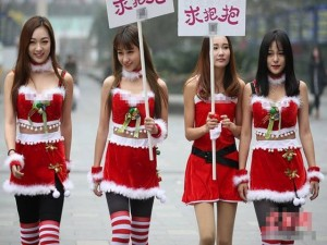 Bạn trẻ - Cuộc sống - 4 'bà Noel' cầm biển 'xin ôm' trên phố