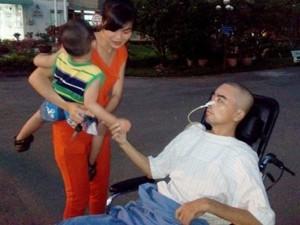 Đời sống Showbiz - Clip xúc động: Diễn viên Nguyễn Hoàng nắm tay con trai
