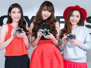 Thời trang Hi-tech - Ngắm mẫu nữ xinh đẹp bên máy ảnh Olympus