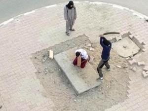"""Thế giới - IS chặt đầu man rợ 10 """"đồng đội"""" giữa quảng trường"""