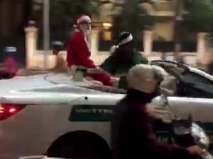 """Ông già Noel """"cưỡi"""" mui trần tiền tỷ đi phát quà"""