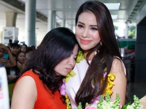 Thời trang - Hoa hậu Phạm Hương òa khóc hạnh phúc trong vòng tay mẹ