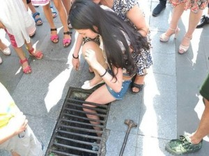 Bạn trẻ - Cuộc sống - Vừa đi vừa nhắn tin, thiếu nữ bị kẹt chân trong nắp cống