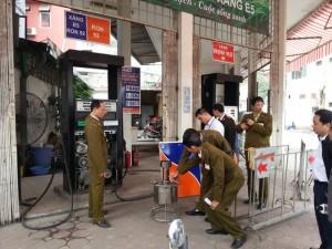 Tin tức Việt Nam - 2 cây xăng gắn chíp gian lận ở Hà Nội: Bắt 8 đối tượng