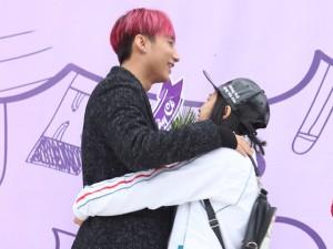 Đời sống Showbiz - Sơn Tùng được fan nữ ôm chặt khi trở về trường cũ