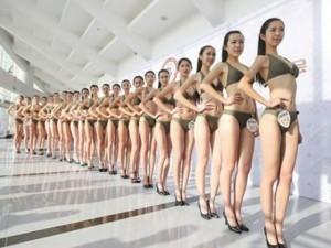Bạn trẻ - Cuộc sống - 1.000 nữ sinh diễn bikini để thi tiếp viên hàng không