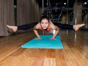 Khoảnh khắc: Phương Trinh Jolie gợi cảm tập yoga