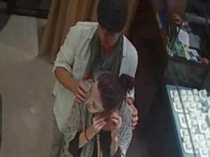 Đời sống Showbiz - Lộ ảnh vợ chồng Angelina Jolie đi mua trang sức ở Hà Nội