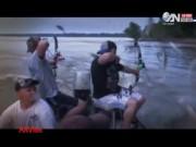 """Video An ninh - Clip bắt cá bằng cung cực """"bá đạo"""" ở Mỹ"""