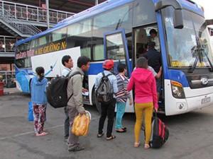 TP.HCM: Tay xách nách mang về quê nghỉ Tết Dương lịch