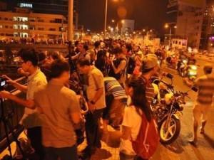 Người Sài Gòn đổ về hai điểm bắn pháo hoa mừng năm mới