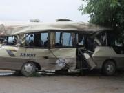 Tin tức trong ngày - Cạy cửa giải cứu 7 người kẹt trong xe khách dập nát