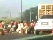 Video: Dân Venezuela quá đói, chặn xe tải cướp gà