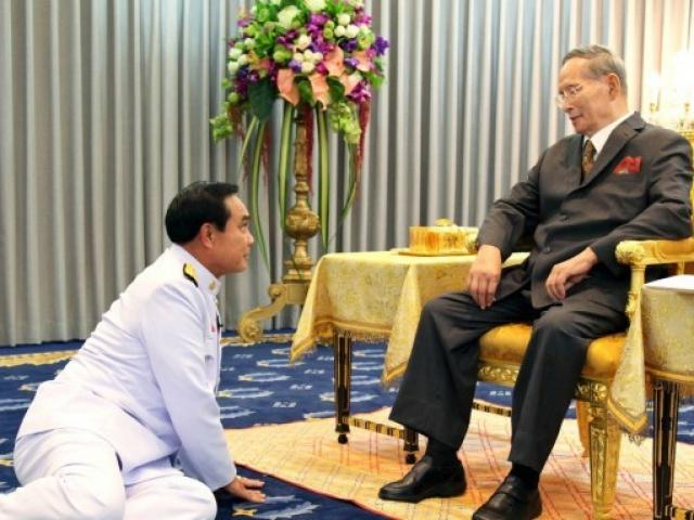Vì sao tướng lĩnh phải quỳ phục dưới chân vua Thái Lan?