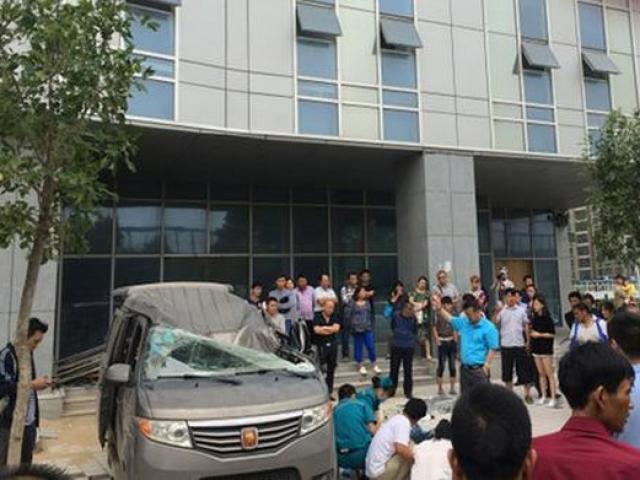 Nhảy từ tầng 20 đè chết thảm người ngồi trong ô tô