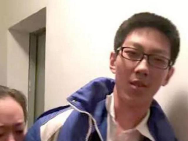 Kẹt trong thang máy 5 tiếng, học sinh TQ ngồi làm bài tập