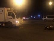 Tin tức trong ngày - TPHCM: Xe tải tông văng xe máy trên đường Phạm Văn Đồng giữa đêm