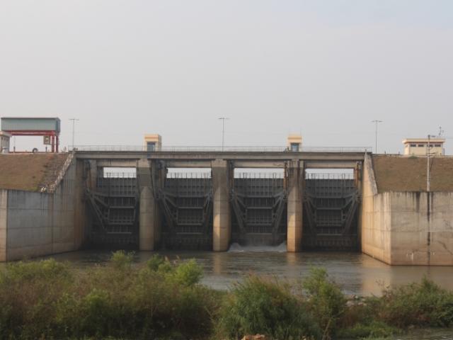 """Bất chấp nguy hiểm, dân đổ xô đi xem nước """"gầm"""" trên hồ thủy điện - 11"""