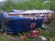 Lật xe khách, 2 người chết, 14 người bị thương