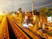 Tin tức trong ngày - Cầm cần câu băng qua đường ray, thanh niên bị tàu tông tử vong