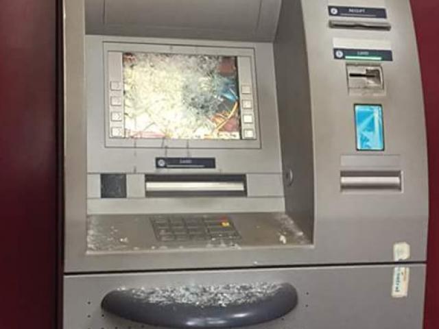 Ngáo đá, người đàn ông đập hỏng 2 cây ATM trong đêm
