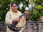 """Thế giới - Ấn Độ: Người phụ nữ cầm súng chuyên """"xử"""" kẻ hiếp dâm"""