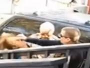 Thế giới - Video: Cảnh sát Mỹ gây sốc vì đấm thẳng vào mặt cô gái