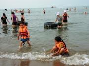 Tin tức trong ngày - Đi tắm biển, 2 học sinh lớp 7 bị đuối nước