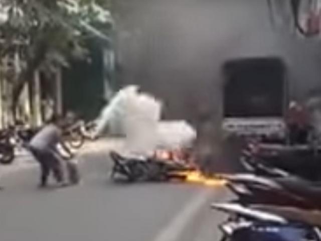 """Dân tháo chạy thục mạng khi thấy bà hỏa """"viếng"""" xe bồn chở xăng - 3"""