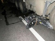 Tin tức trong ngày - Xe máy kẹp 3 chui vào gầm ô tô, 3 người tử vong