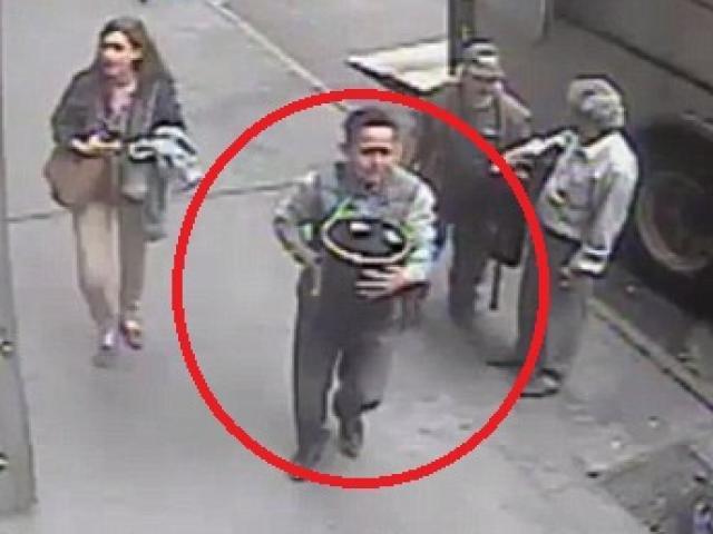Mang rìu đột nhập xe tải, cướp gần 400.000 USD giữa ban ngày - 3
