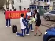 Bạn trẻ - Cuộc sống - Clip: Cô giáo phản ứng dữ dội khi nam sinh cầu hôn