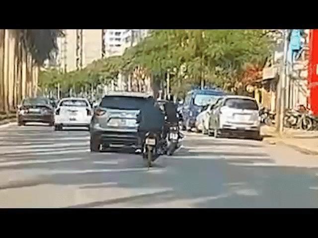 Tài xế ô tô lạng lách, chạy trốn CSGT gây náo loạn phố SG - 2