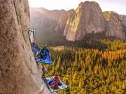 Du lịch - Liều lĩnh ngủ qua đêm trên vách núi dựng đứng