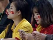 """Bạn trẻ - Cuộc sống - Hai fan nữ xinh đẹp được """"lùng sục"""" sau trận VN - Indo"""