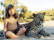 Thế giới - Bé gái Tây 10 năm ở châu Phi cùng báo đốm, voi và rắn