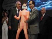 Thế giới - Chile dậy sóng vì màn tặng búp bê tình dục cho bộ trưởng