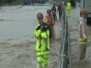 Tin tức trong ngày - Quốc lộ ngập sâu, CSGT dầm mình giúp dân vượt lũ