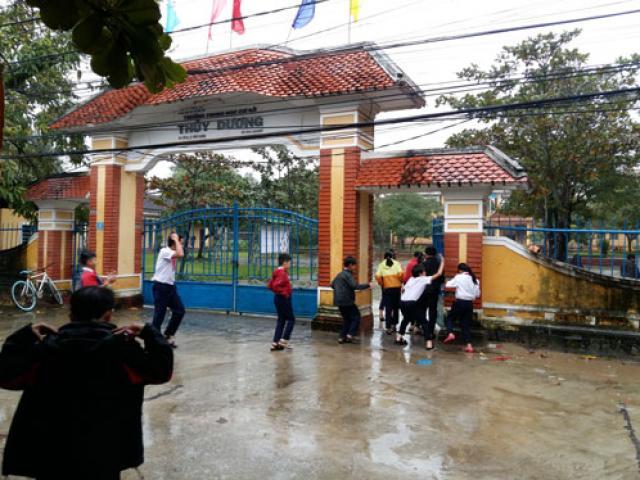 Trường học buộc học sinh đến trường trong mưa lũ gây bức xúc