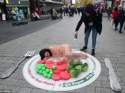 """Phi thường - kỳ quặc - Cô gái khỏa thân nằm trên """"đĩa"""" khổng lồ giữa phố đông"""