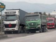 """Tin tức trong ngày - Thanh tra giao thông bị """"chim lợn"""" vây, giải cứu xe quá tải"""