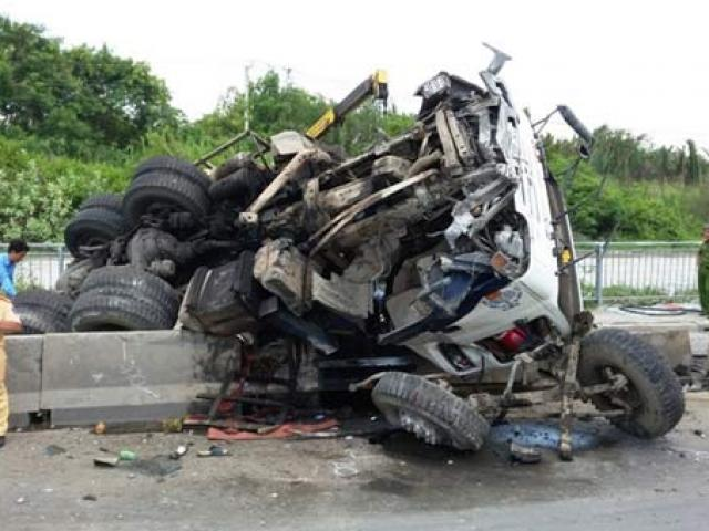 """Tài xế bị """"mờ mắt"""" tại vị trí tai nạn chết người, ô tô """"phơi bụng"""" - 6"""