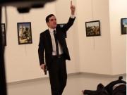 Khoảnh khắc phóng viên AP đối mặt kẻ bắn chết đại sứ Nga