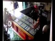 Giây phút tên cướp đập tủ kính gom vàng rúng động Tây Ninh