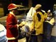 Người vô gia cư bật khóc khi nhận quà từ ông già Noel