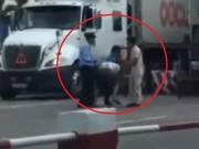 Tin tức trong ngày - Đình chỉ 3 nhân viên hành hung tài xế xe tải trốn phí BOT